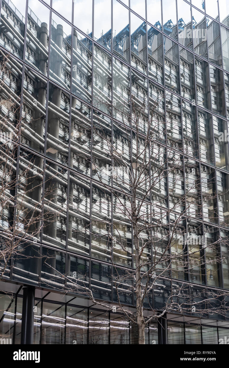 The Willis Buildings reflects the pipework of the Lloyds Building opposite. - Stock Image