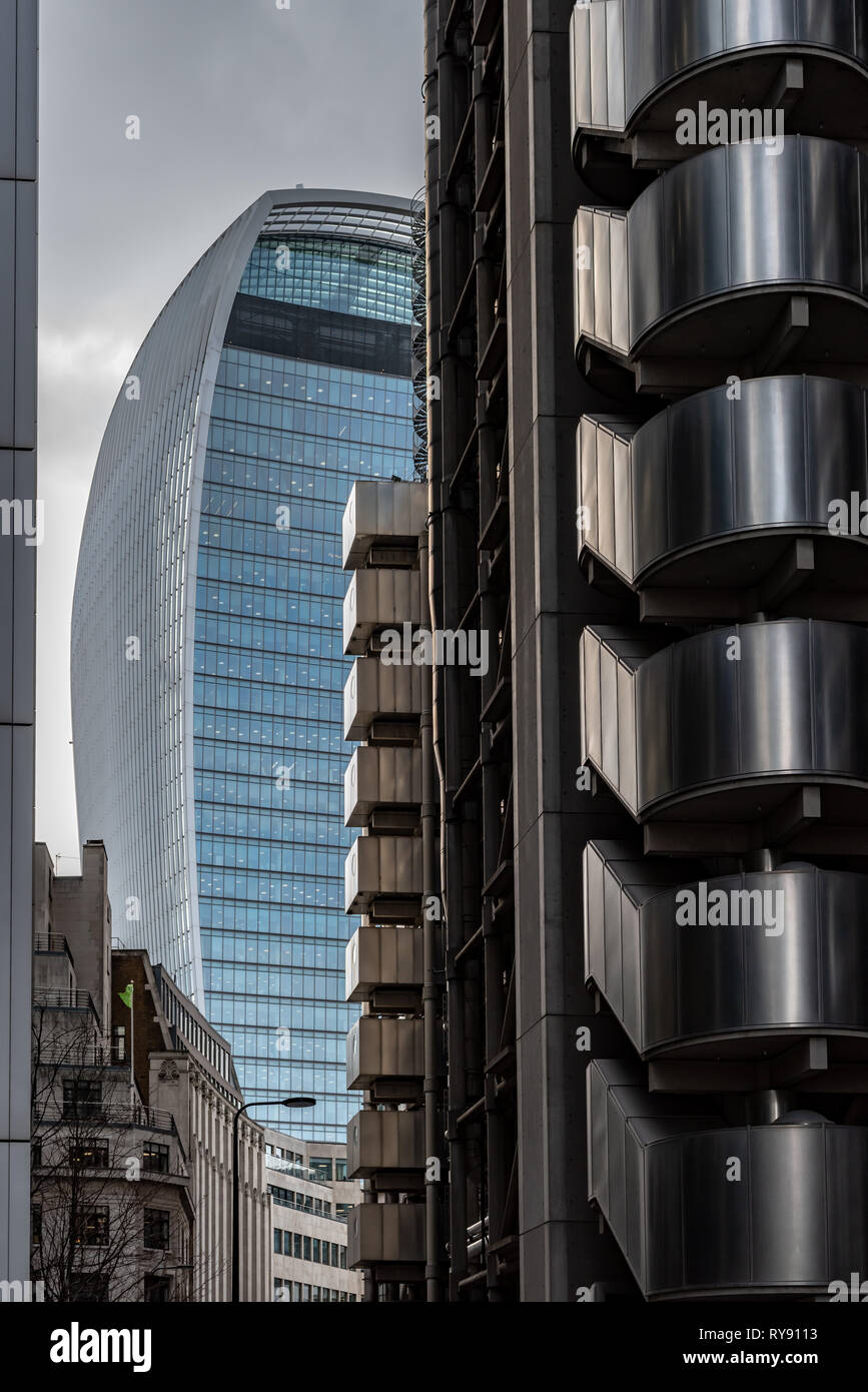 The bulbous style of the 'Walkie-talkie' (20 Fenchurch Street) in sharp contrast to the components of the Lloyds Building - Stock Image