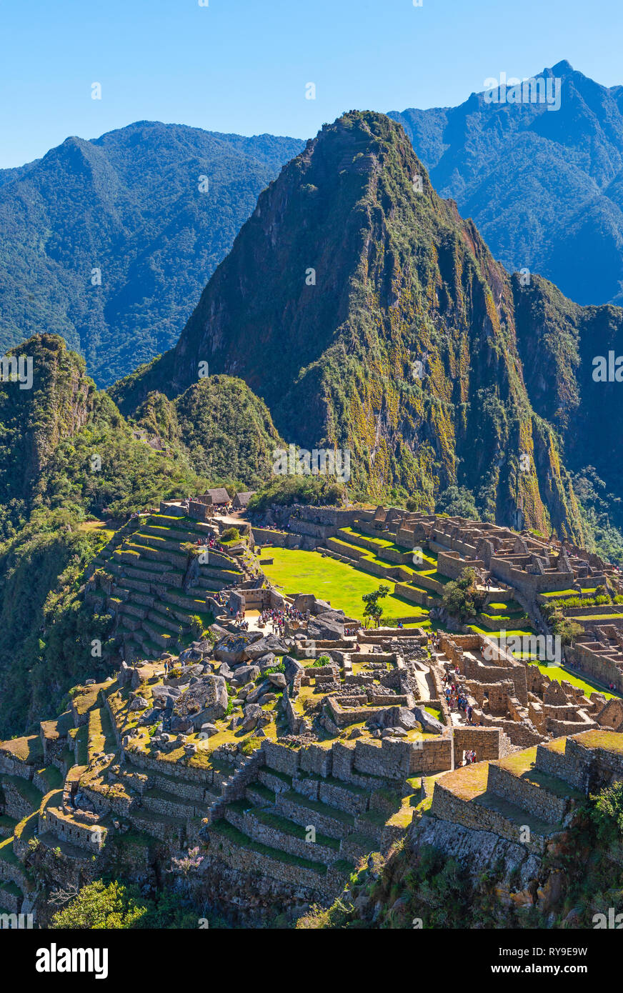 Vertical photograph of the Incan ruin of Machu Picchu with the Huayna Picchu mountain peak in the background, Cusco Province, Peru. - Stock Image