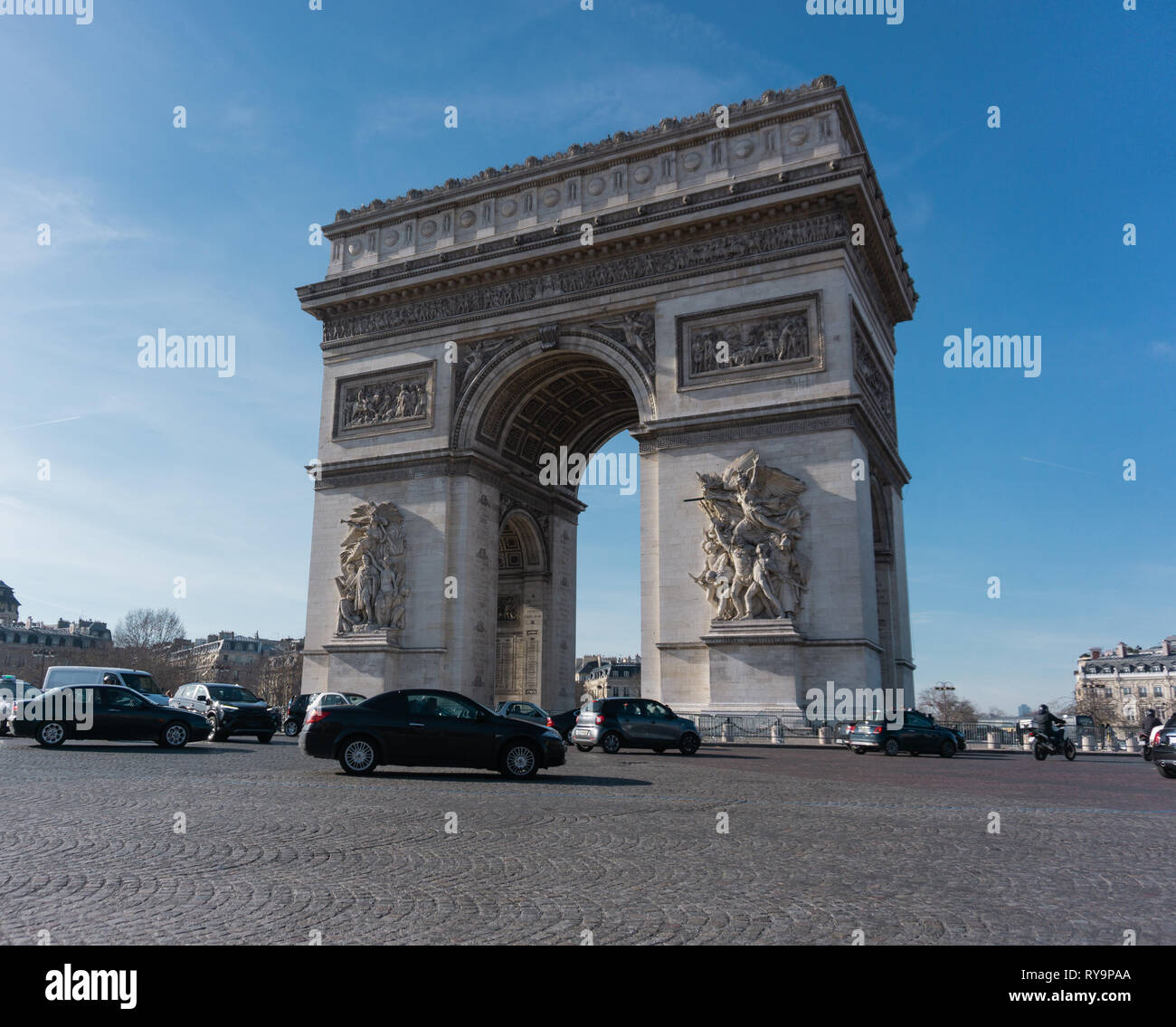 Arc de triomphe daytime traffic daylight shot horizontal - Stock Image
