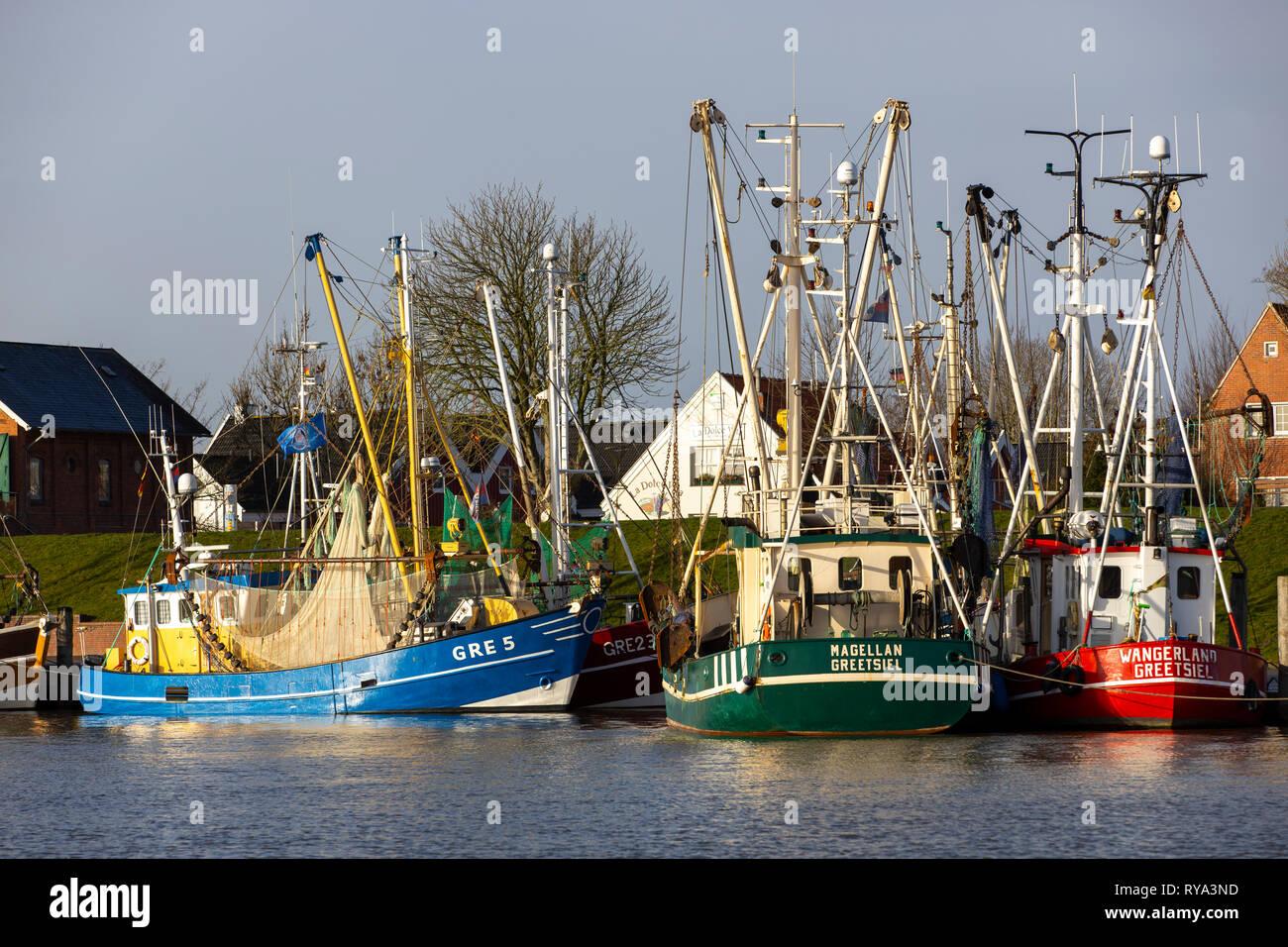 Der Fischereihafen von Greetsiel, Ostfriesland, Niedersachsen, Fischkutter, Krabbenkutter liegen im Hafen, Stock Photo