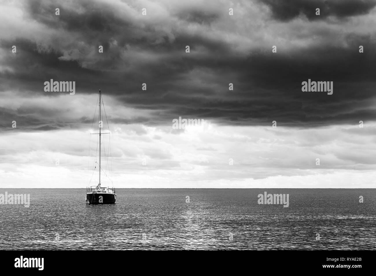 Ankerndes Segelboot vor Cannes, Foto: Mario Hommes - Stock Image