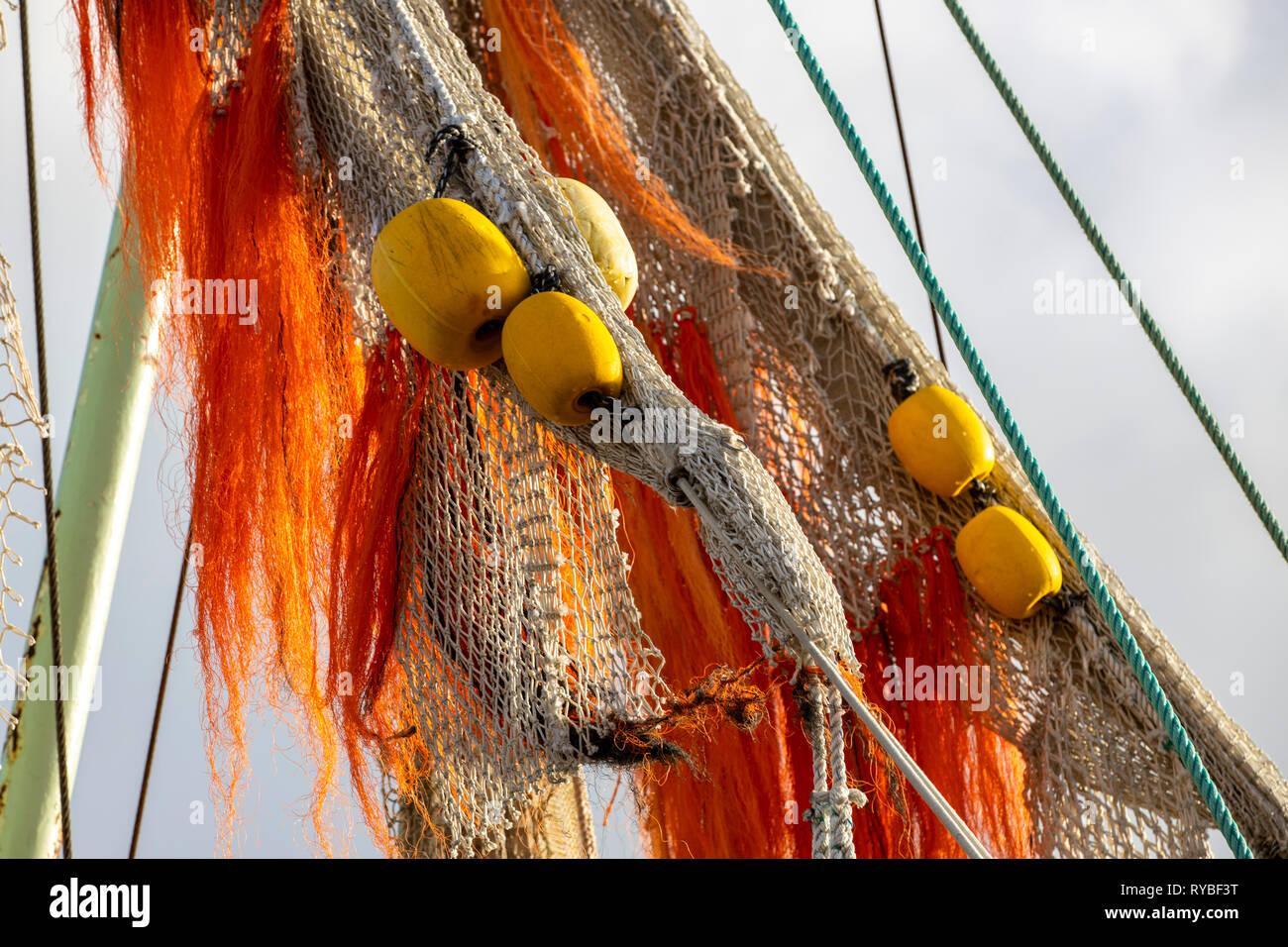 Netze, Detail im Fischereihafen von Greetsiel, Ostfriesland, Niedersachsen, Fischkutter, Krabbenkutter liegen im Hafen, Stock Photo