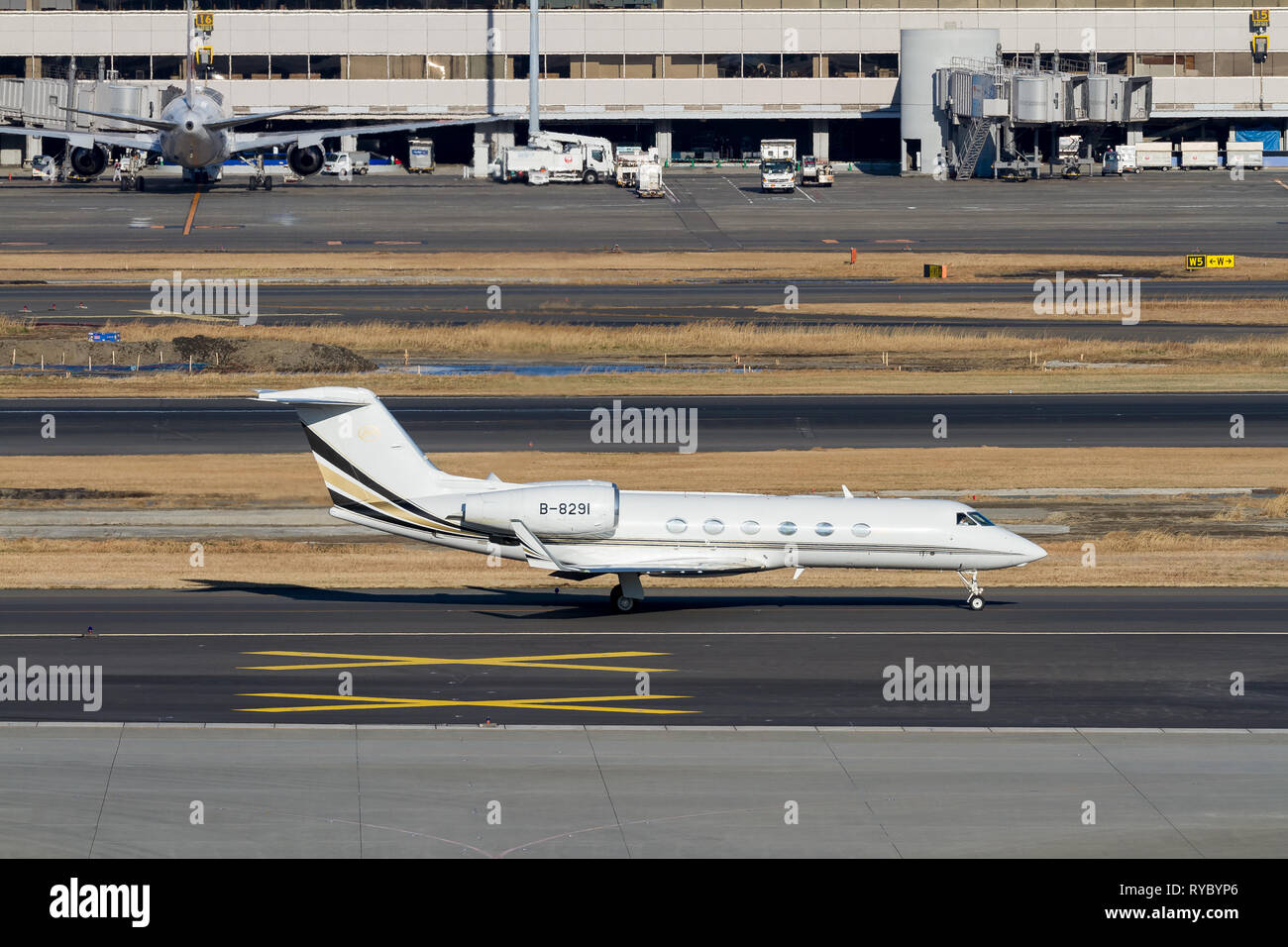 A Gulfstream G40 executive jet operated by Deer Jet at Haneda International Airport, Tokyo, Japan. Friday February 1st 2019 - Stock Image