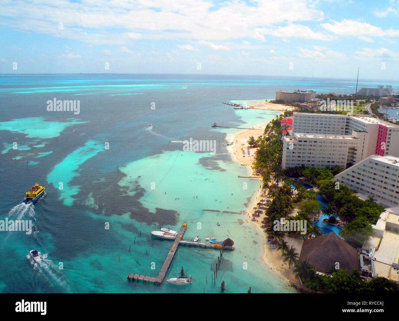 Aerial view of the hotel zone of Cancun with the sea, docks, boats and catamarans - Stock Image