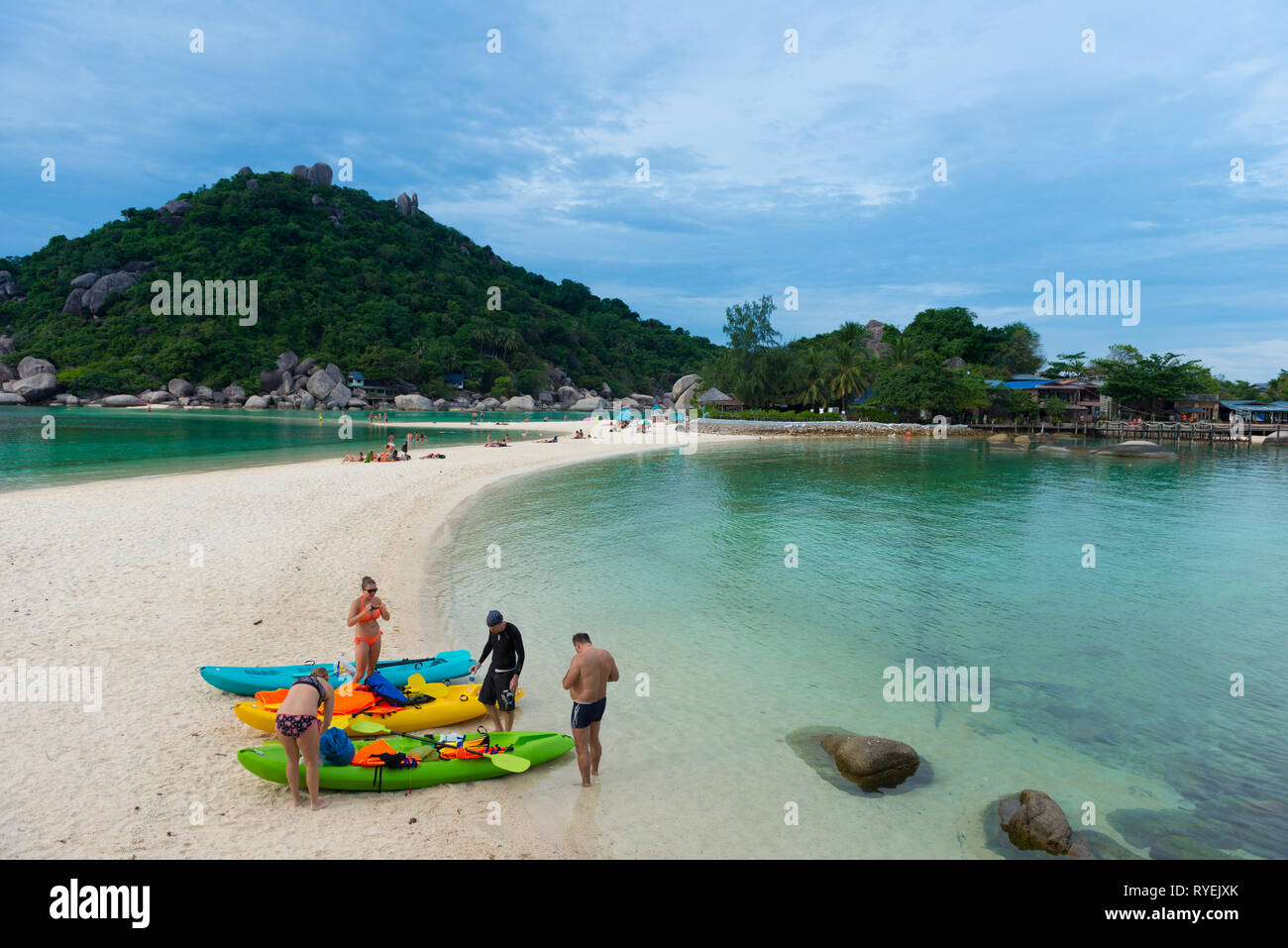 People with kayaks on Nang Yuan island beach, Ko Tao island, Thailand - Stock Image