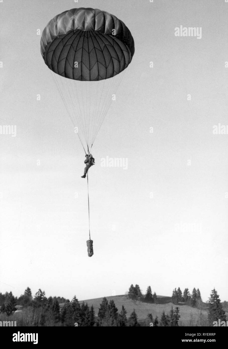 military, Germany, Federal Armed Forces, army, Airborne forces, paratrooper shortly before the landing, probably in the vicinity of the airborne school in Altenstadt, Upper Bavaria, 1960s, Additional-Rights-Clearance-Info-Not-Available - Stock Image