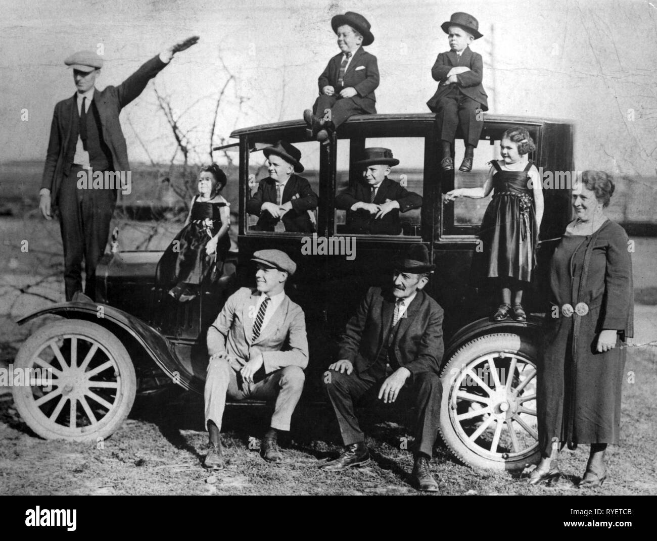 transport / transportation, cars, vehicle variants, Ford Model T 1922, family with their new Ford, USA, 1920s, Additional-Rights-Clearance-Info-Not-Available - Stock Image