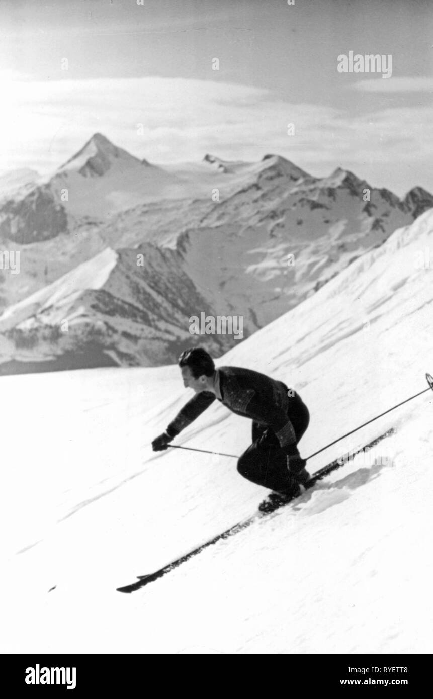 sports, winter sports, skiing, skier, downhill with parallel turn, Schmittenhoehe, State of Salzburg, 1950s, Additional-Rights-Clearance-Info-Not-Available - Stock Image