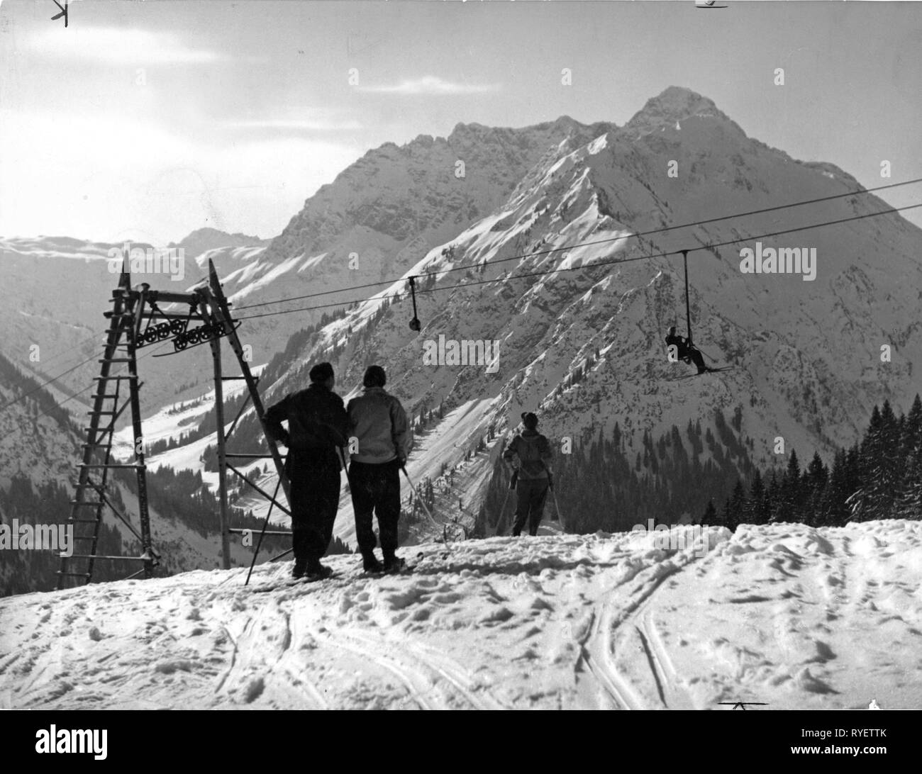 sports, winter sports, skiing, skiers at the mountain top station of the ski lift, 1954, Additional-Rights-Clearance-Info-Not-Available Stock Photo