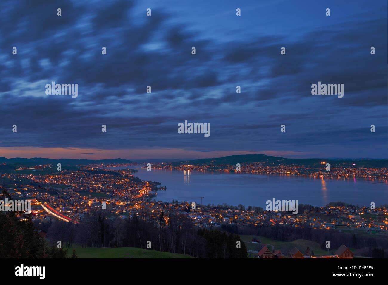 Züricher See zur blauen Stunde - Stock Image