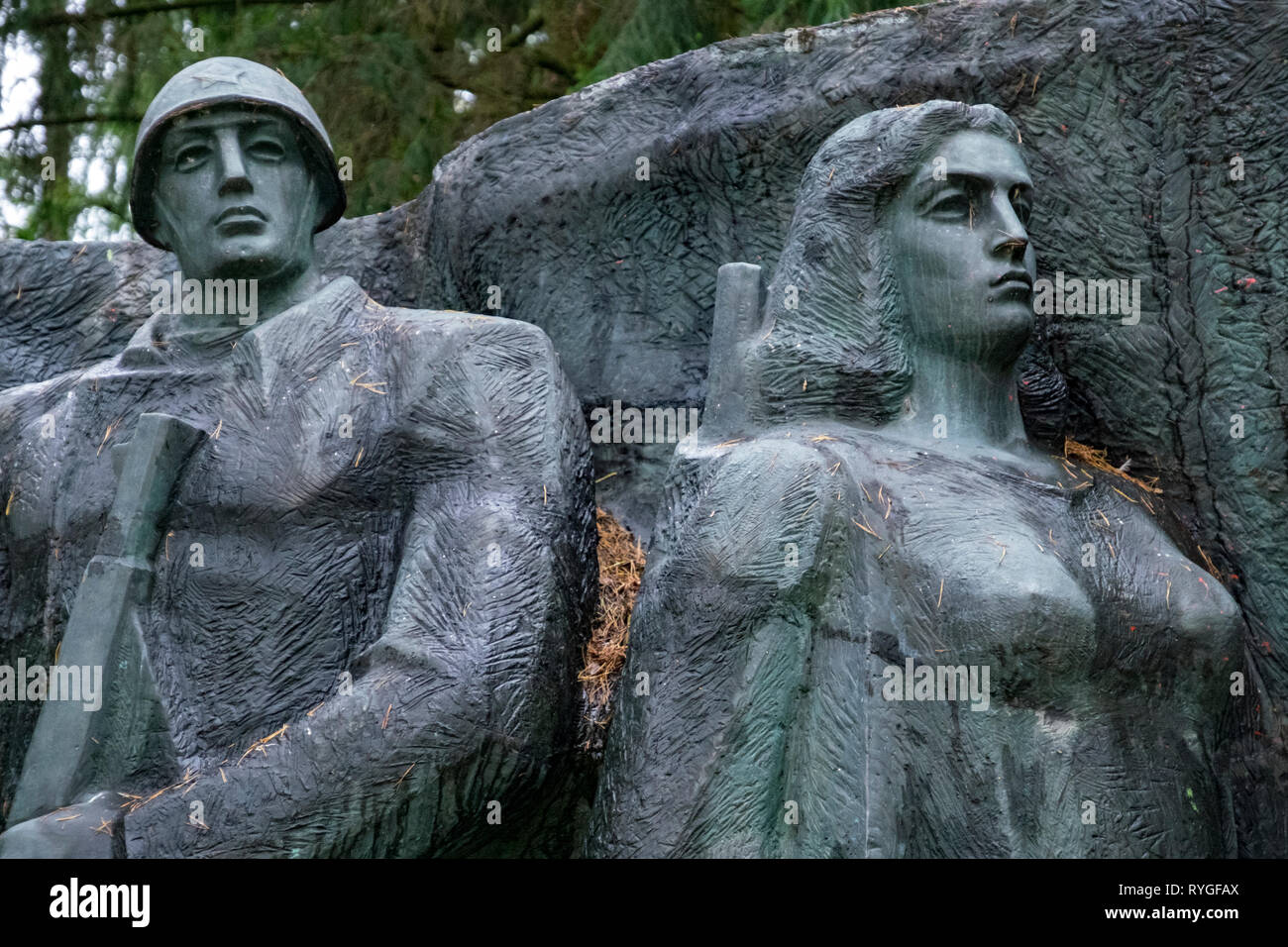 Sculpture of male & female revolutionary fighters, an example of Socialist Realist statues gathered from around the former Soviet Union - Stock Image