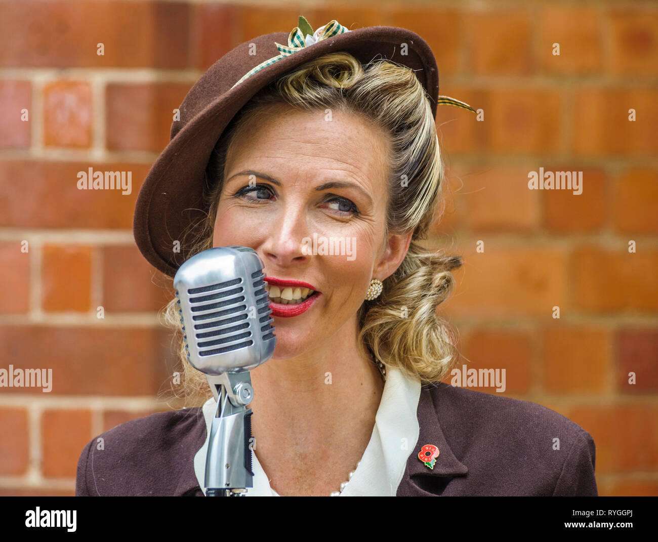 Woodhall Spa 1940s Festival - Woman in traditional 1940s dress singing Stock Photo