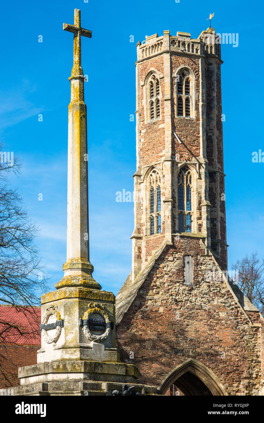 Greyfriars Tower and war memorial in Tower gardens, King's Lynn, Norfolk, East Anglia, England, UK - Stock Image