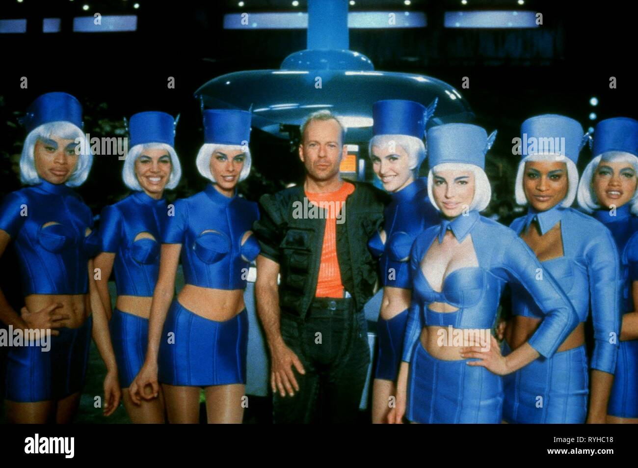 BRUCE WILLIS WITH STEWARDESSES, THE FIFTH ELEMENT, 1997 - Stock Image