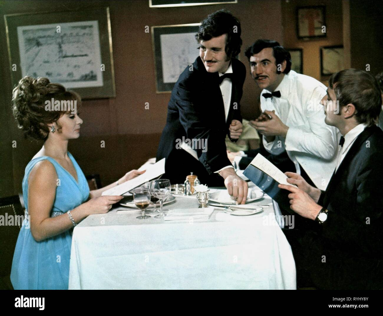 AND NOW FOR SOMETHING COMPLETELY DIFFERENT, CAROL CLEVELAND, MICHAEL PALIN, TERRY JONES , GRAHAM CHAPMAN, 1971 - Stock Image