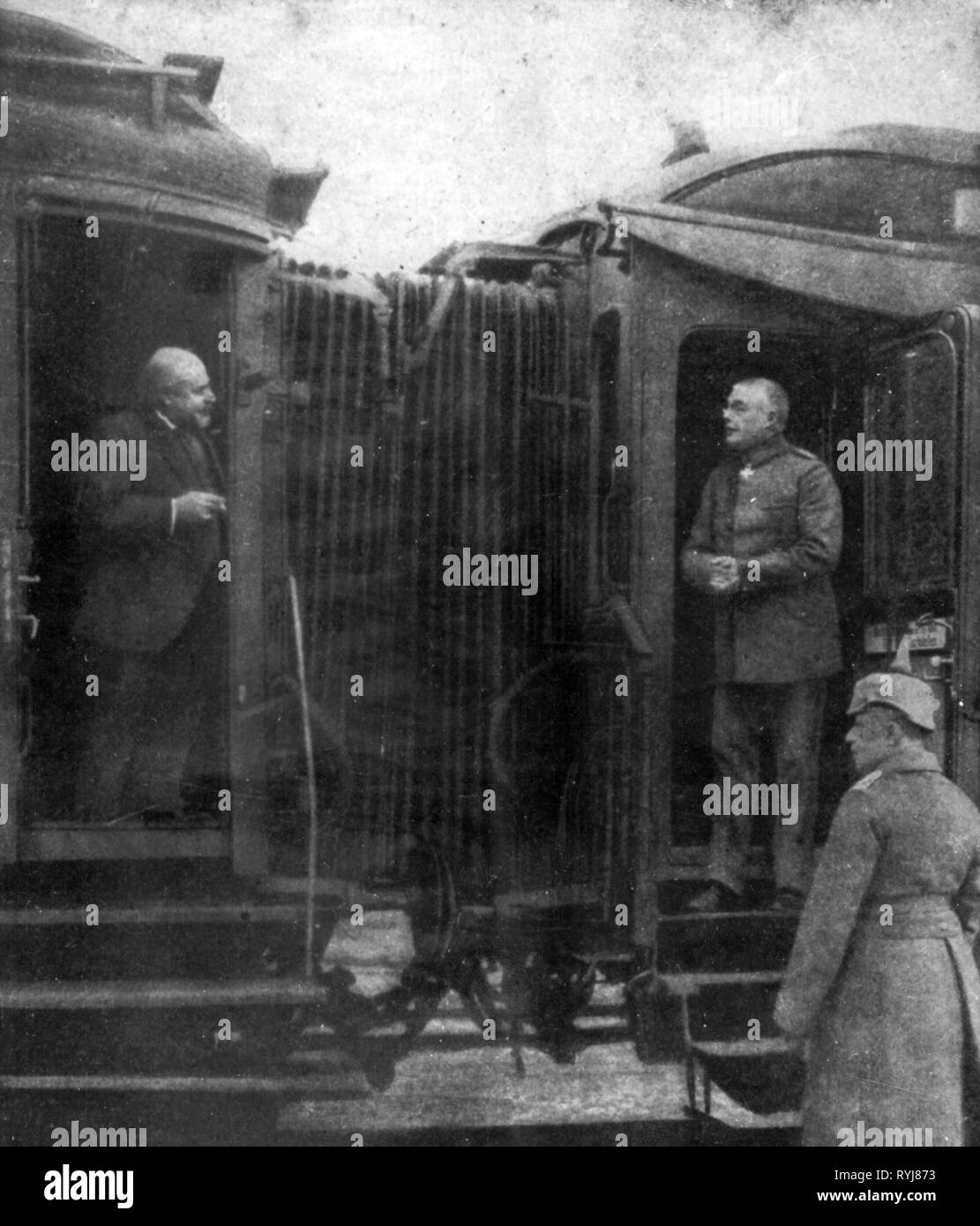 First World War / WWI, conferences, Brest-Litovsk, 22.12.1917 - 3.3.1918, Ibrahim Hakki Pasha, chief of the Ottoman delegation, is talking during of a stop of the train from Berlin with general Max Hoffmann, representative of the Supreme Army Command, 'Berliner Illustrierte Zeitung', 24.2.1918, Brest Litowvk, negotiations, ambassador, ambassadors, ambassadress, ambassadresses, eastern front, military, Germany, German Empire, Turkey, ally, Allies, Central Powers, railway, railroad, railways, railroads, voyage, voyages, arrival, transport, 1910s, 1, Additional-Rights-Clearance-Info-Not-Available - Stock Image