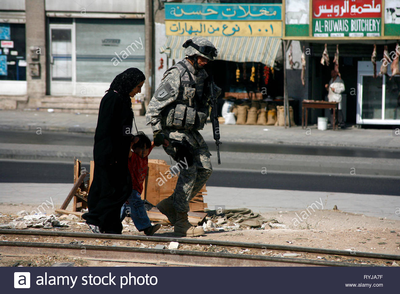 THE HURT LOCKER, SOLDIER WITH CIVILIAN CHILD , WOMAN, 2008 - Stock Image