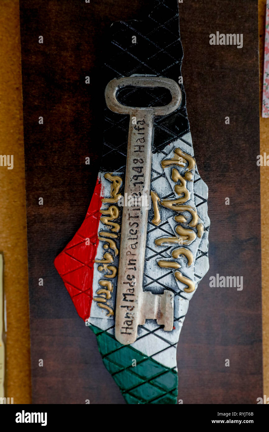 Map of Palestine with the colors of the Palestinian flag and key, the symbol of Palestinian displacement. Nablus, West Bank, Palestine. - Stock Image