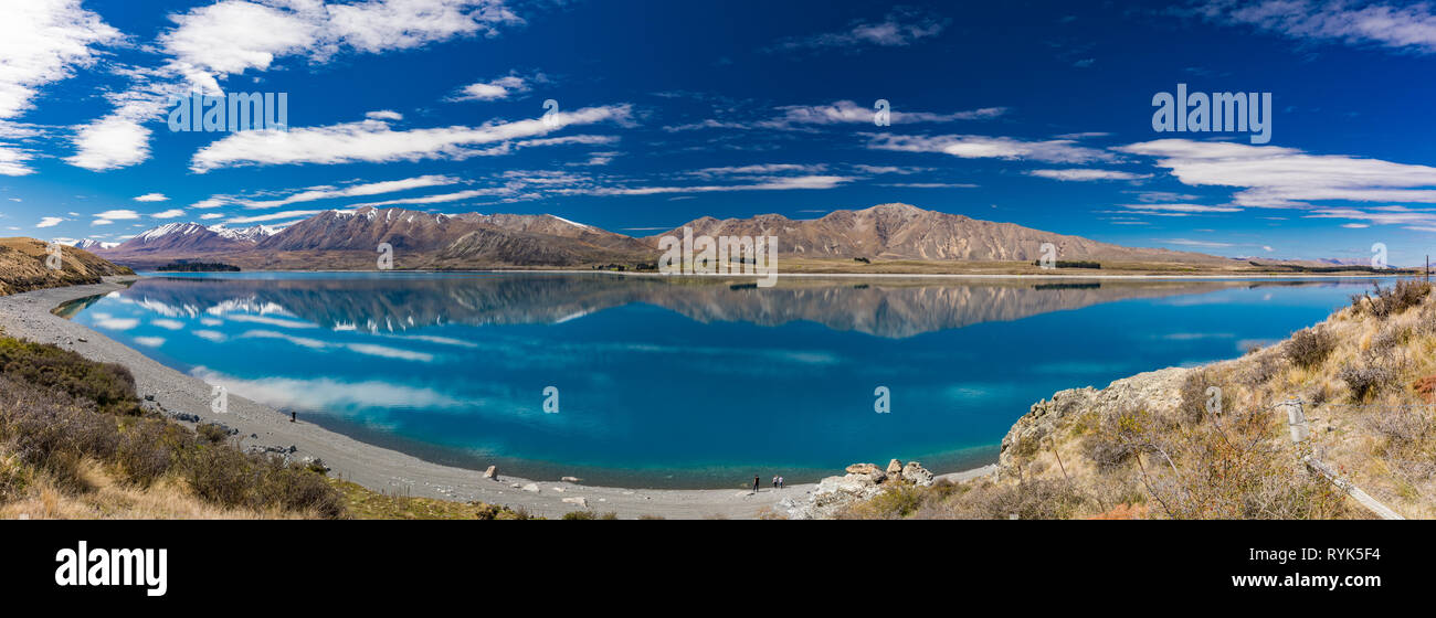 Beautiful Lake Tekapo with reflection of sky and mountains, New Zealand - Stock Image