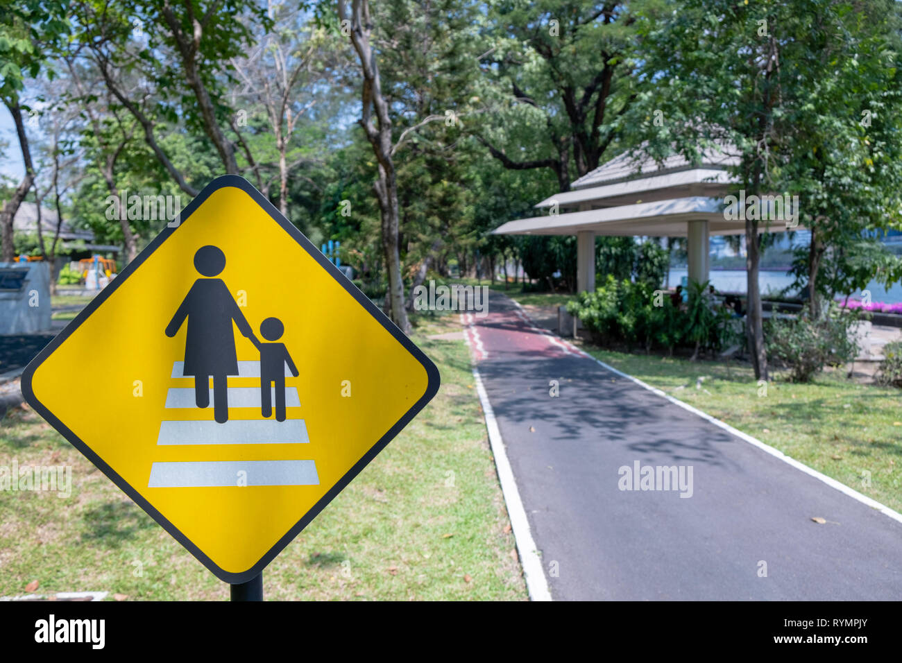 Sign mother and child walking - Stock Image