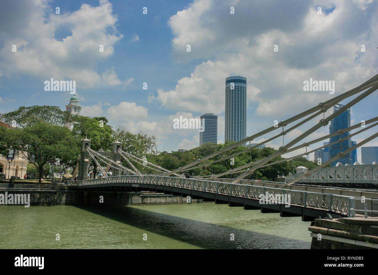 Cavenagh Bridge looking towards the Victoria Theatre, Singapore - Stock Image