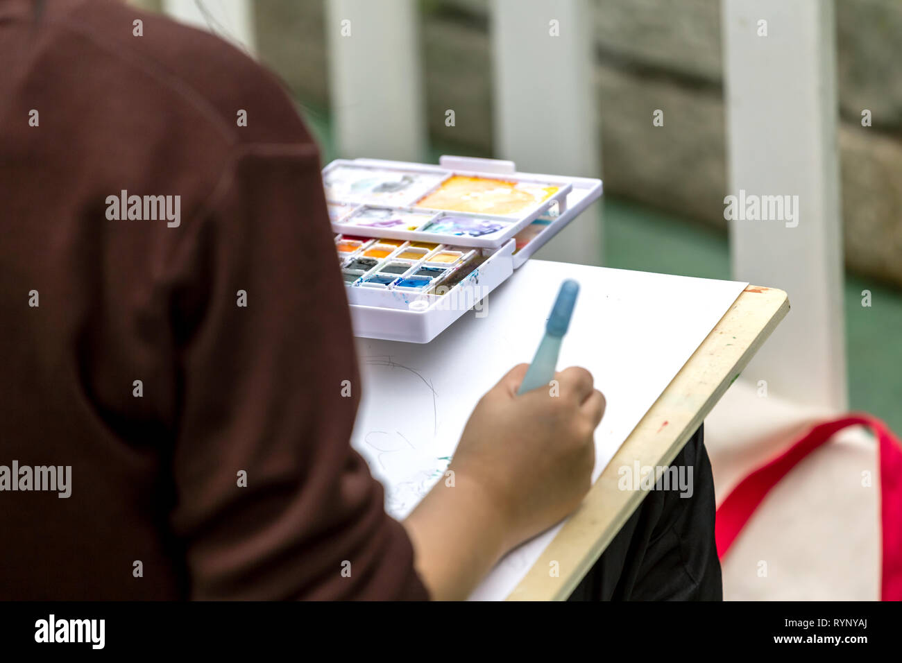 painting courses. student drawing at the park - Stock Image