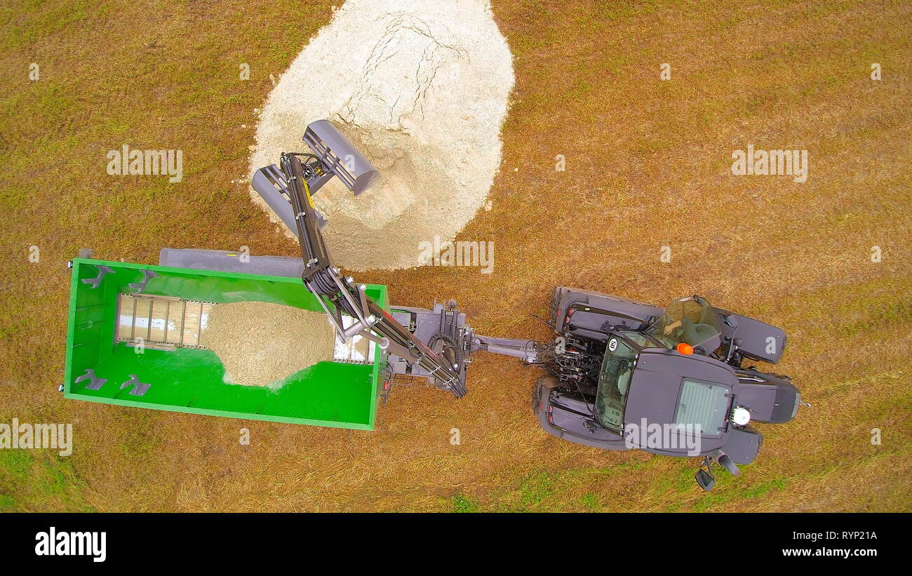 The liming equipment grabbing limestones on the ground to be transferred to the dumprtuck - Stock Image