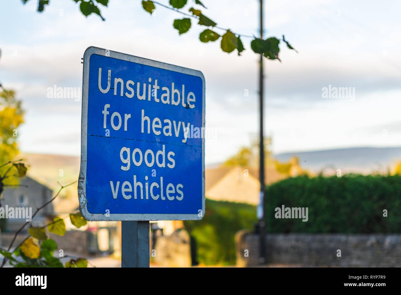 A blue sign that says 'Unsuitable for heavy goods vehicles' - Stock Image