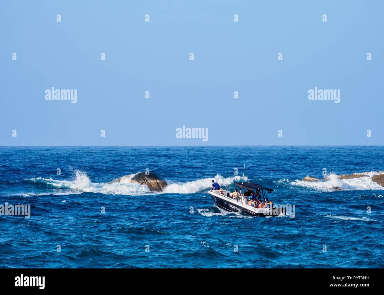 Motorboat with tourists at El Cabo San Juan del Guia, Tayrona National Natural Park, Magdalena Department, Caribbean, Colombia - Stock Image