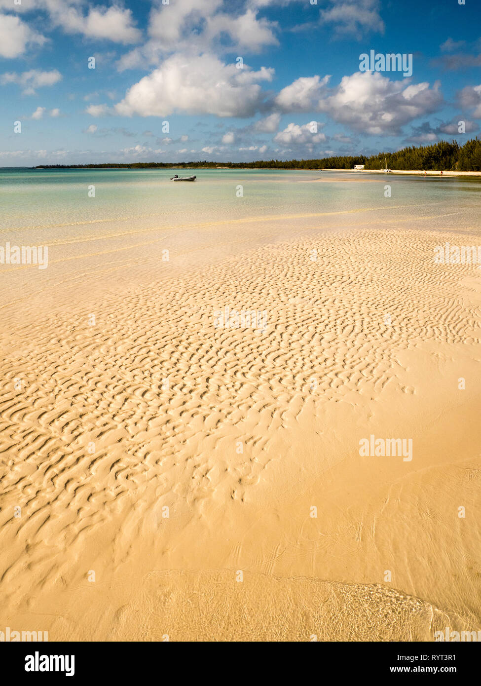 Clean Beautiful, Shallow Sandy Tropical Beach, Governors Harbour, Eleuthera, The Bahamas, The Caribbean. - Stock Image