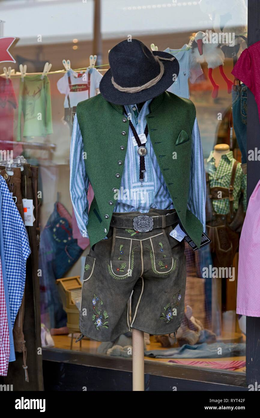 Traditional costume, leather pants with vest and traditional hat in the shop window of a clothing store, Oberstdorf, Allgäu - Stock Image