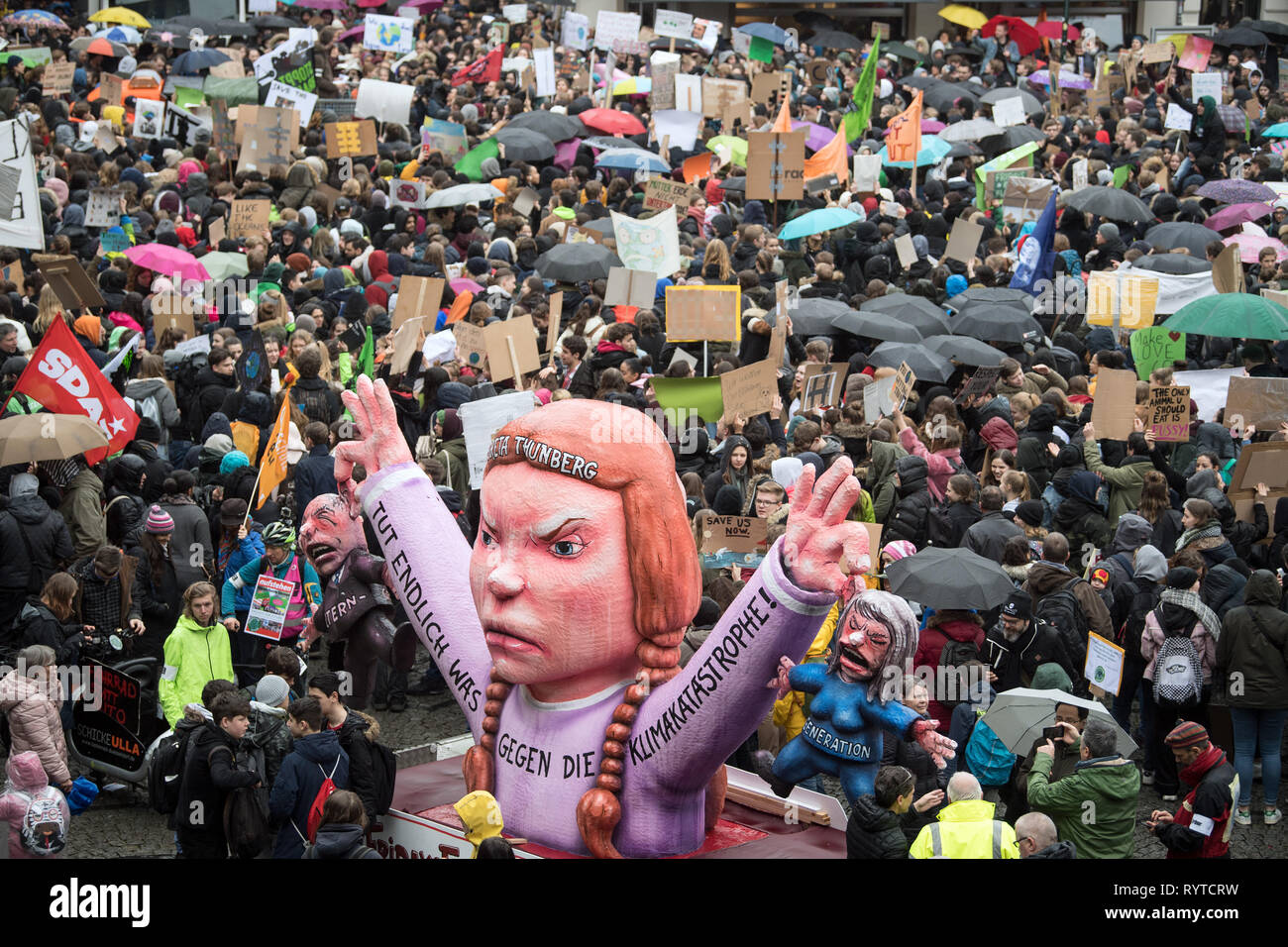Dusseldorf, Germany. 15 March 2019, North Rhine-Westphalia, Düsseldorf: Students take part in the 'Fridays for Future' climate demonstration in Düsseldorf's city centre. Under the motto #FridaysForFuture, around 1700 rallies in around 100 countries worldwide are on the programme, including various German cities. Photo: Federico Gambarini/dpa Credit: dpa picture alliance/Alamy Live News - Stock Image
