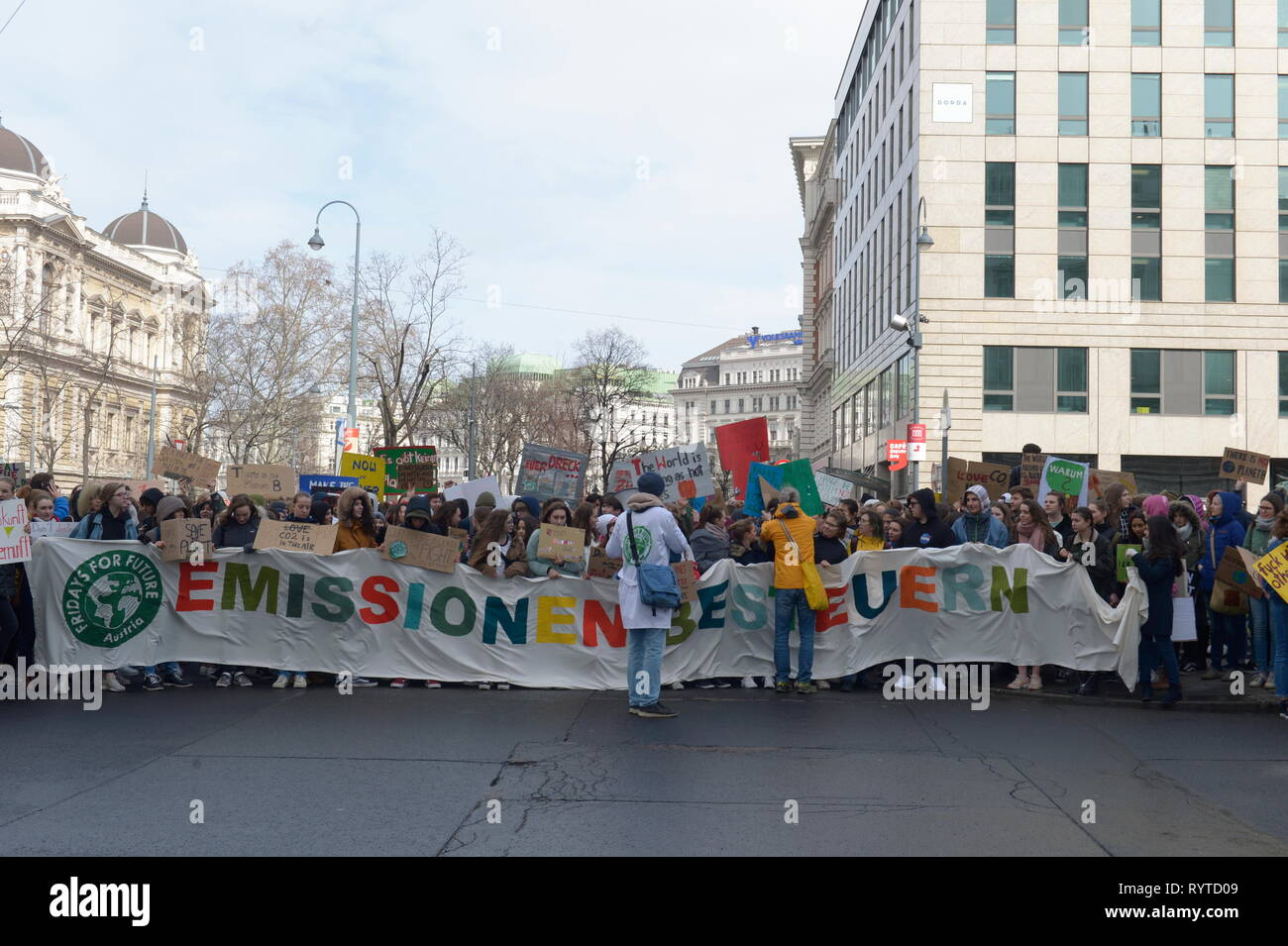 Vienna, Austria. 15 March 2019. Action Platform 'Fridays for Future' 'Global Climate Change' for a sustainable future, healthy environment, courageous climate policy, global climate justice and food security. Credit: Franz Perc / Alamy Live News - Stock Image