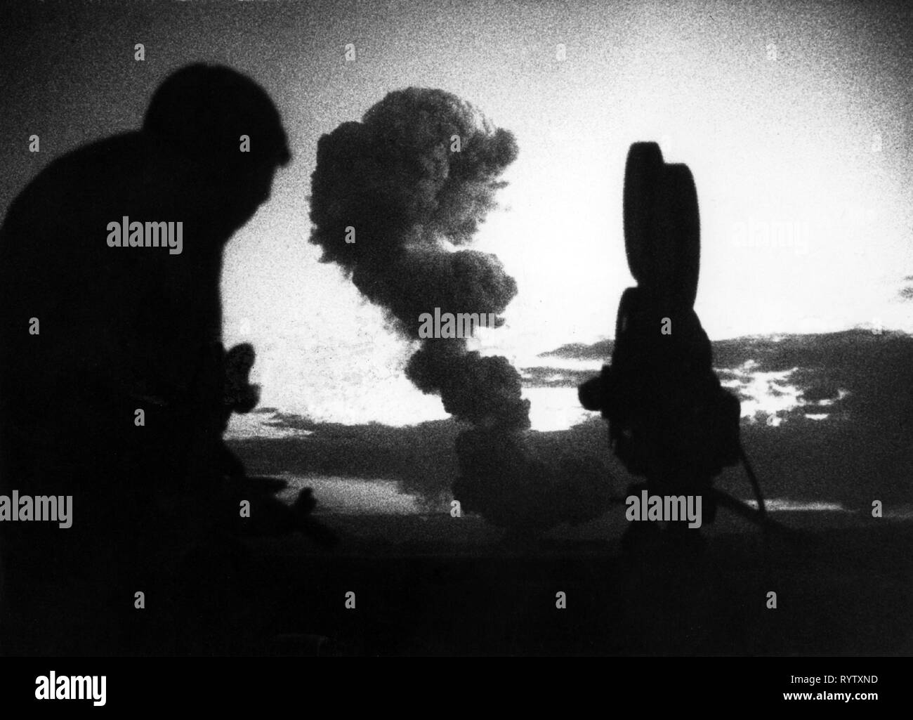 atom, nuclear test, USA, Las Vegas, Nevada, observer with camera, 31.5.1957, Additional-Rights-Clearance-Info-Not-Available - Stock Image