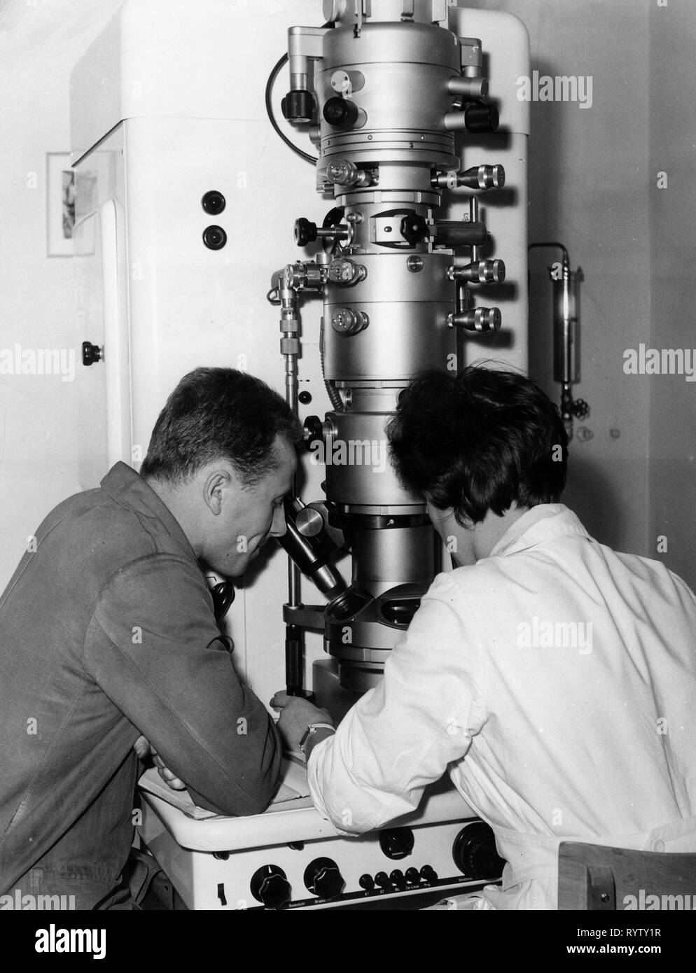 technology, general, science, working at electron microscope, 1950s, Additional-Rights-Clearance-Info-Not-Available - Stock Image
