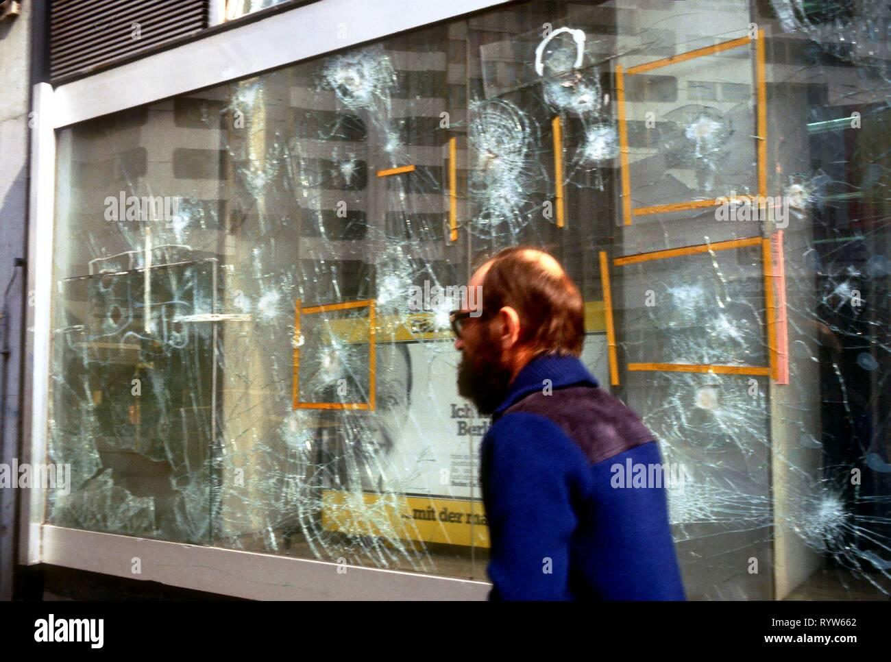 Broken window in the Kreuzberg district, the poorest district of West Berlin. 1984 - Stock Image