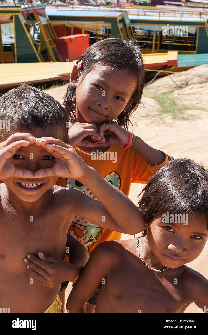 Kids at Phumi Kouk Pouth on Tonlé Sap Lake, Siem Reap, Cambodia - Stock Image