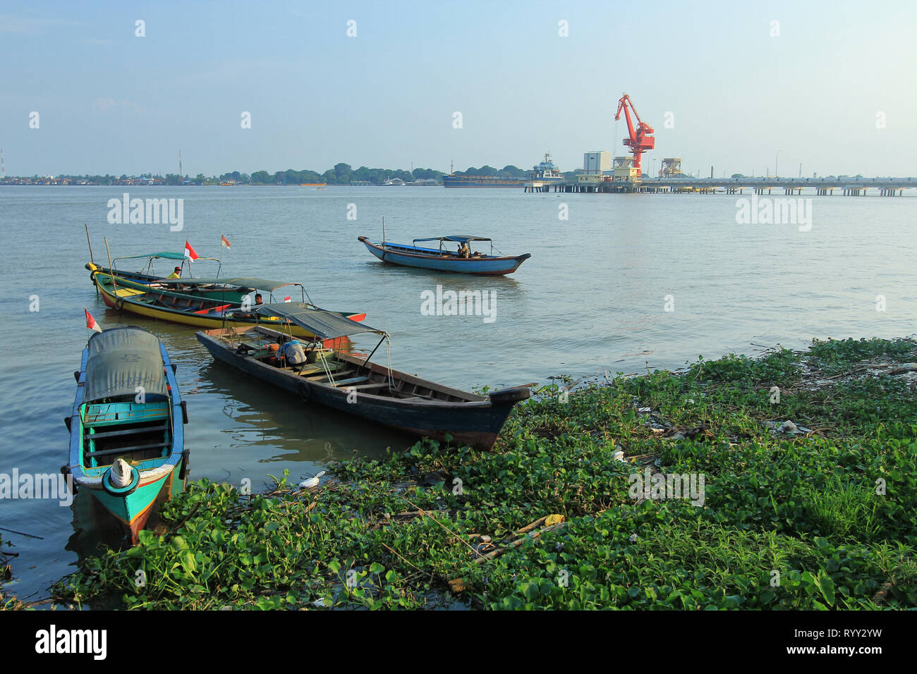 Aktifitas Masyarakat di Sungai Musi Palembang - Stock Image