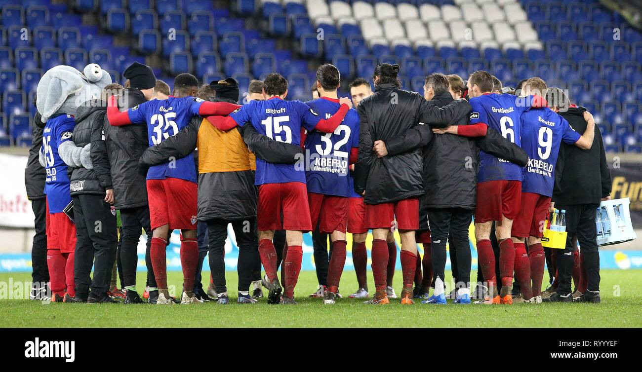 Duisburg, Deutschland. 15th Mar, 2019. firo: 15.03.2019 Football, 3. Bundesliga, season 2018/2019 KFC Uerdingen 05 - SC Fortuna Kv? ln The Uerdingen team make the final round after the game. | usage worldwide Credit: dpa/Alamy Live News - Stock Image