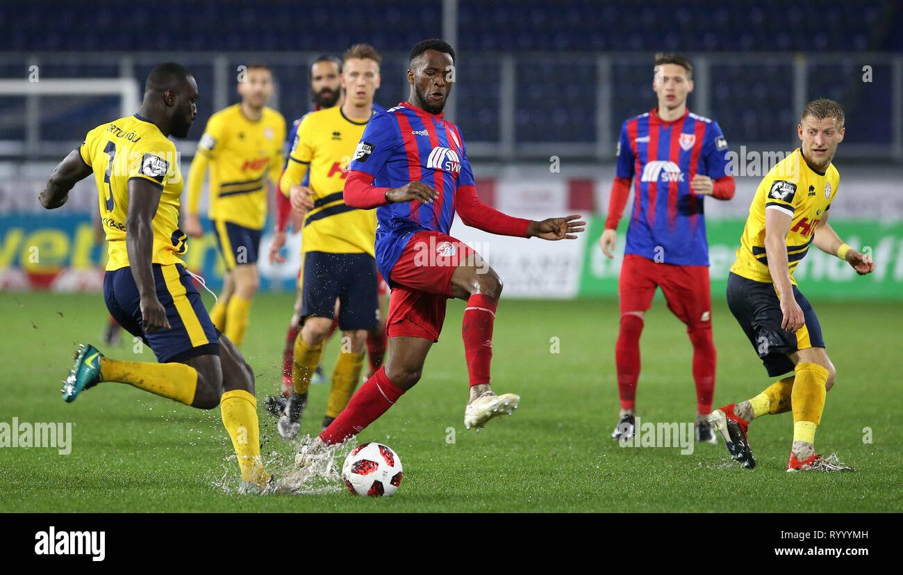 Duisburg, Deutschland. 15th Mar, 2019. firo: 15.03.2019 Football, 3. Bundesliga, Season 2018/2019 KFC Uerdingen 05 - SC Fortuna Köln Osaywe Osawe (# 35, KFC Uerdingen 05) in duels with Bernard Kyere (# 3, SC Fortuna Cologne) | usage worldwide Credit: dpa/Alamy Live News - Stock Image