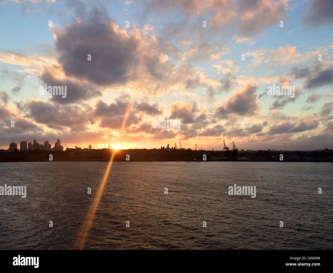 Sunrise over Brooklyn and the Hudson River. - Stock Image