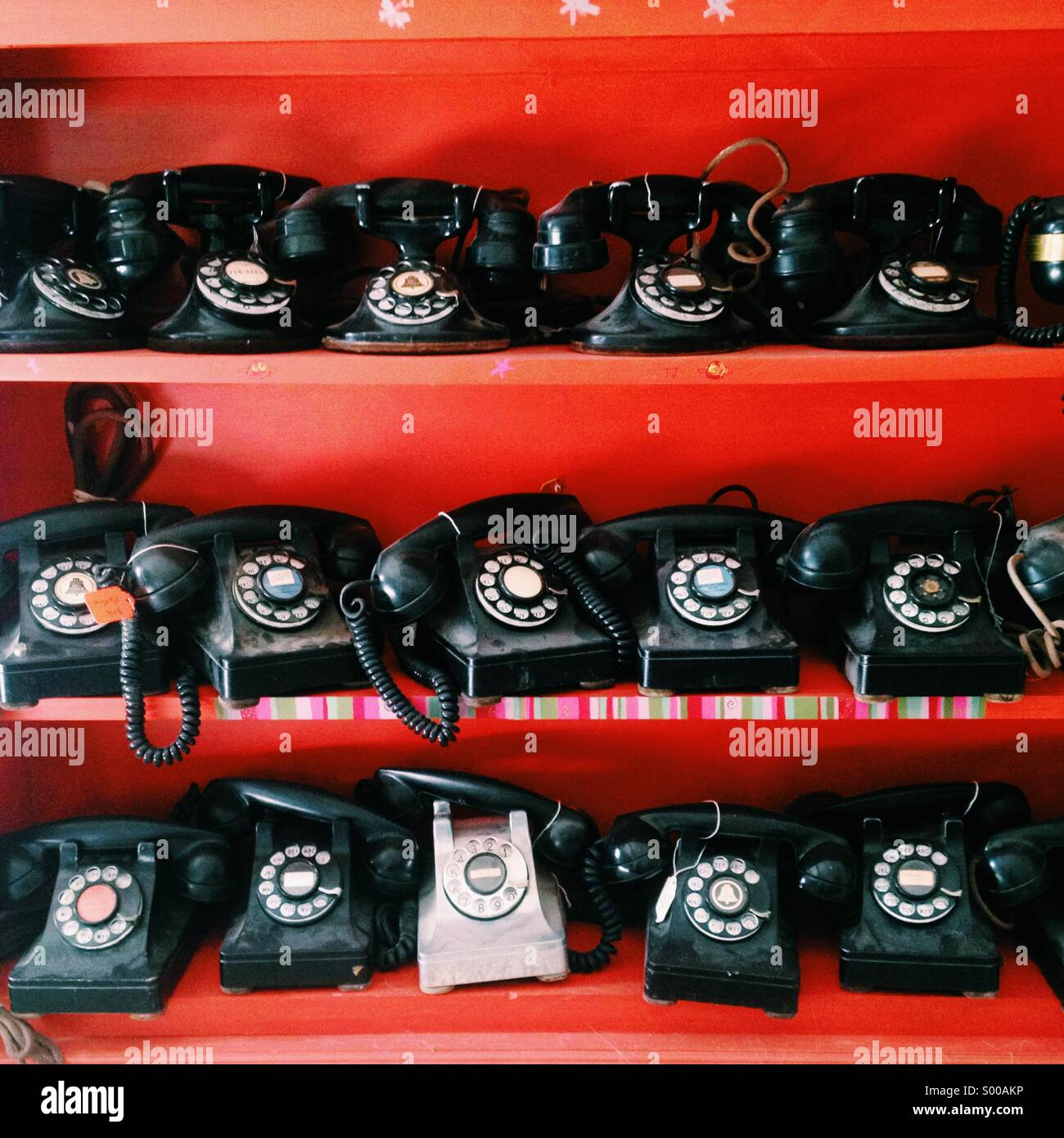 Rows of antique telephones - Stock Image