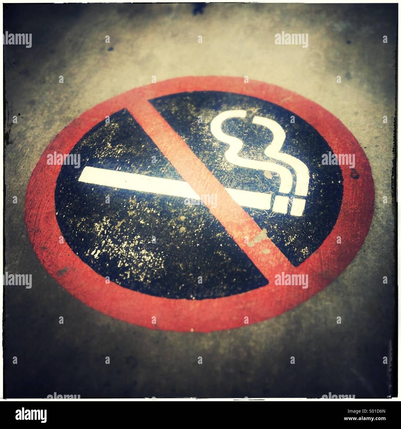 No smoking sign on pavement - Stock Image