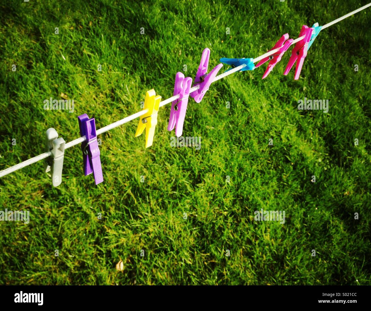 Clothes pegs, empty clothes line - Stock Image