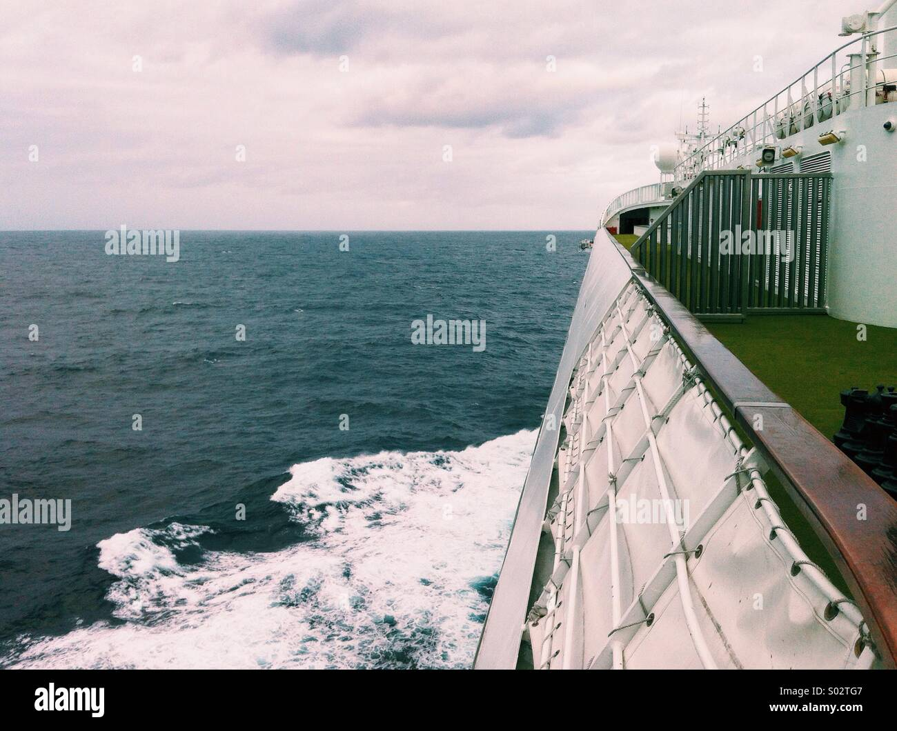 View out onto the sea from the top deck of a cruise ship - Stock Image