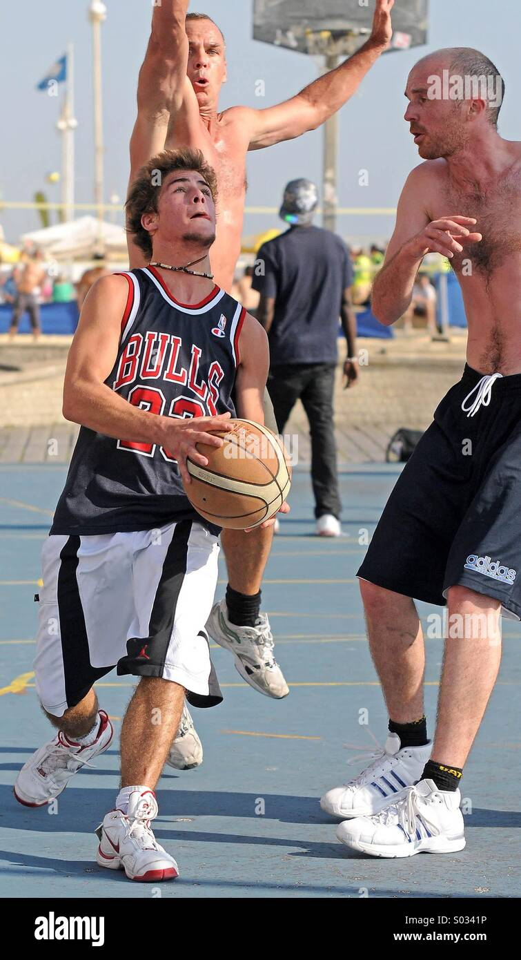 Basketball players, Brighton seafront, England, UK Stock Photo