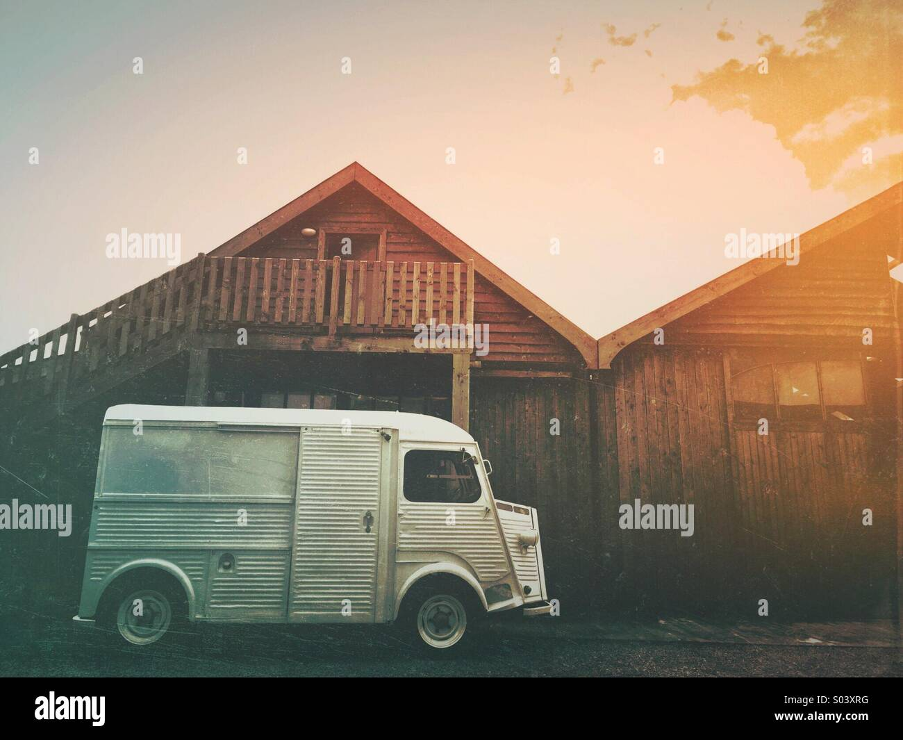 Vintage van parked outside a rustic Eco wooden building in Cornwall - Stock Image