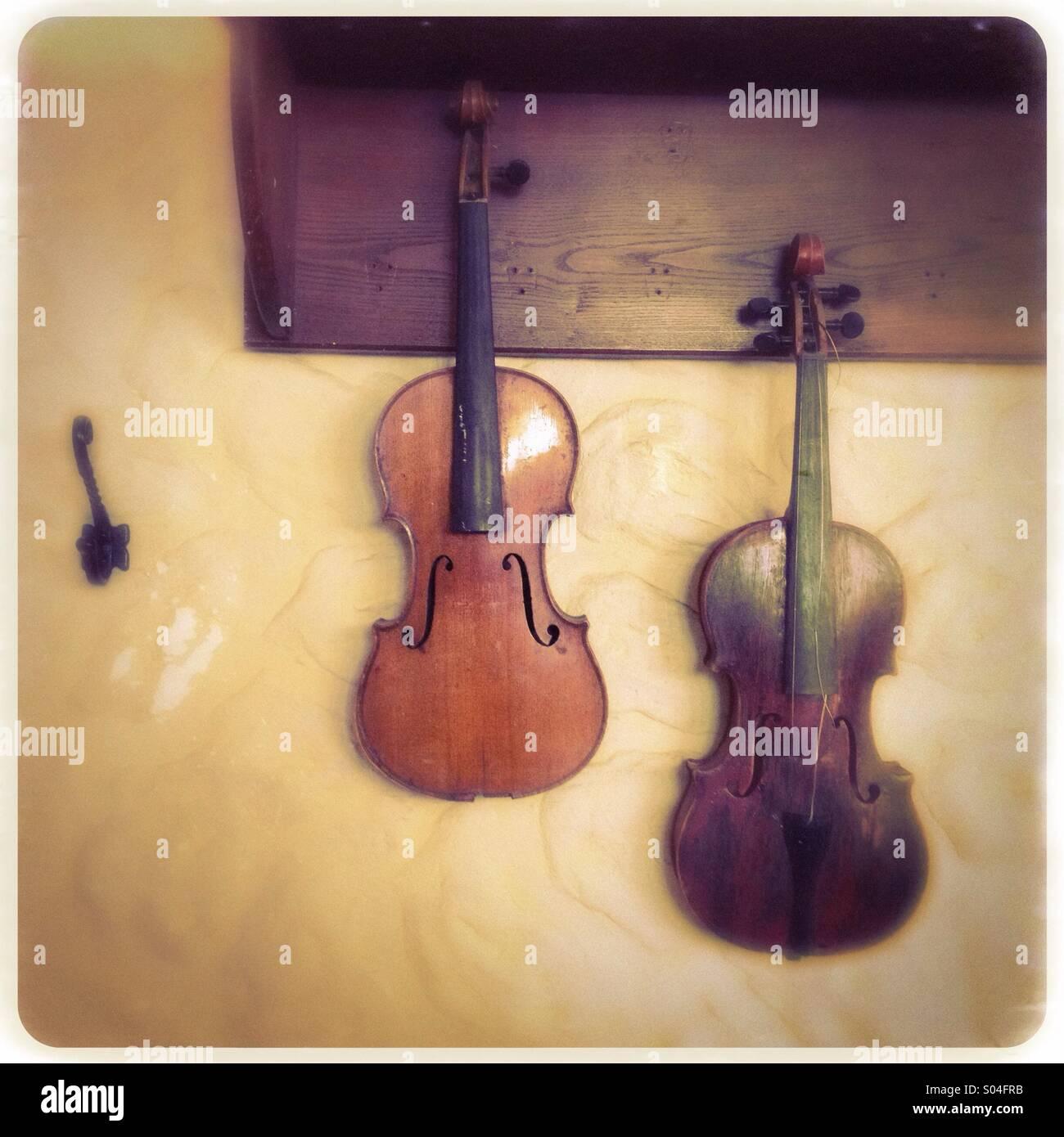 Broken Violin Stock Photos & Broken Violin Stock Images - Alamy
