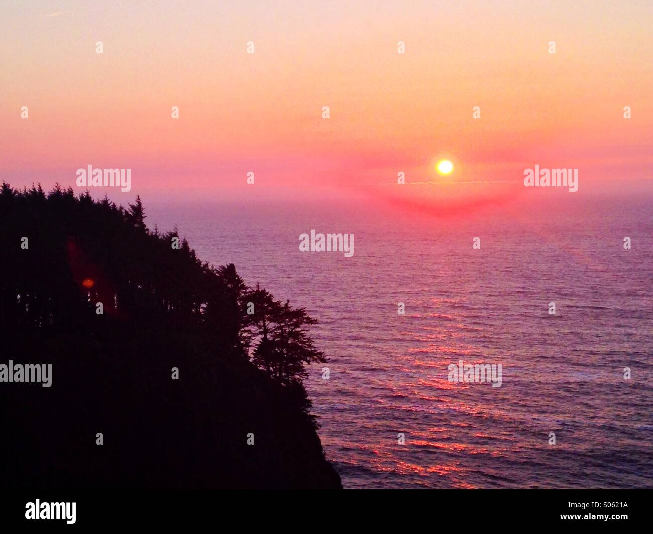 Sunset over the Pacific Ocean from Ebola Park overlook in Oregon. - Stock Image